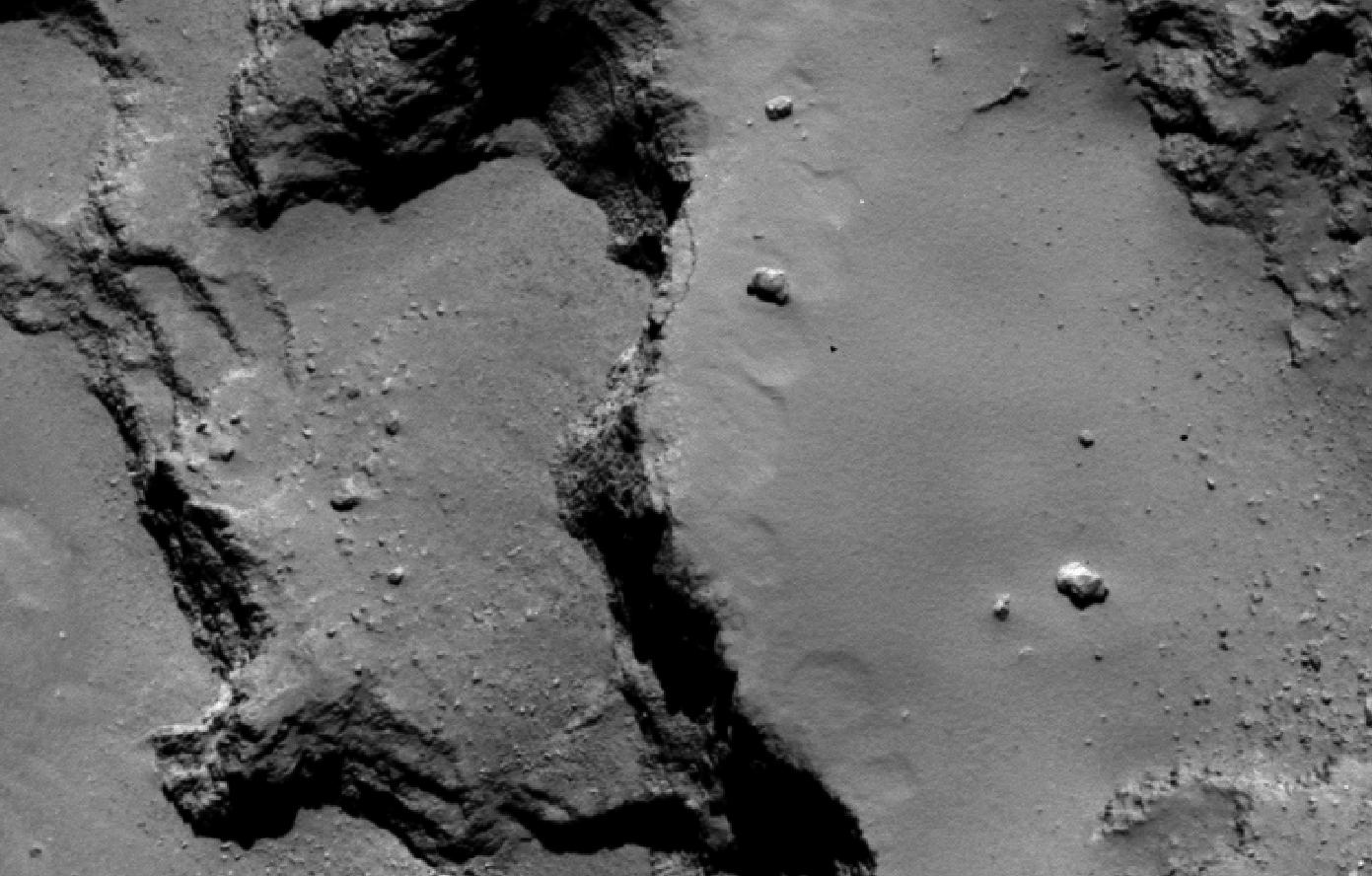 Vue d'un système de terrasses à la surface de la comète observée par  la caméra OSIRIS/NAC à bord de la sonde ROSETTA