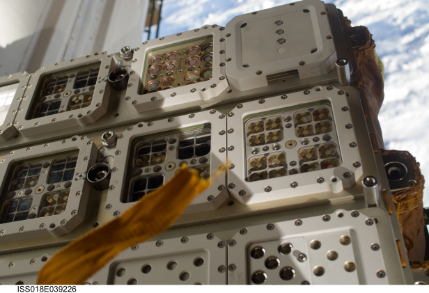 EXPOSE-R lors de son installation (crédit photo : ESA)